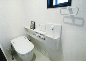 1階泡トイレ。大手メーカーの人気商品です。泡のバリアで飛び散りを防止する賢く清潔を保つトイレです。