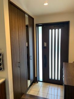 シューズインクローゼットとシューズボックで、収納アップ!ワイド玄関で広々。玄関ドアから差し込む優しい日差しで、明るい玄関となっています!