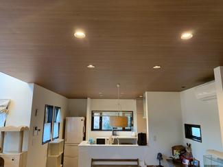 玄関からリビングへと最初に見える空間の写真です。サッシの見え方、天井の木質感が落ち着く空間が広がり素敵ですね!