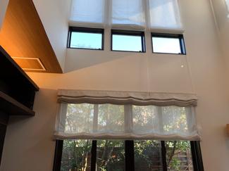 リビングが吹き抜けとなっており連窓と高窓、そしてライトデッキの明かりとマッチしてエレガントに演出!!