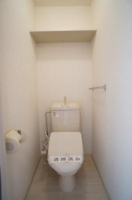 温水洗浄便座 上部には棚があります。