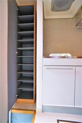シューズBOX中板は 高さ調整が可能です。
