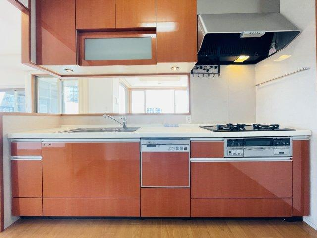 落ち着きのある色がベースとなった大人な雰囲気があるキッチン。食洗器付きで食べ盛りのお子さんがいても後片付けがらくらくですね♪