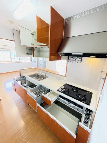 上にも下にも収納スペースが充実しているため常に調理スペースは広々と使えます♪