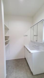 収納スペースや洗面化粧台があるサニタリールームです