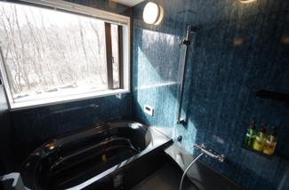 大きな窓が開放感のある浴室