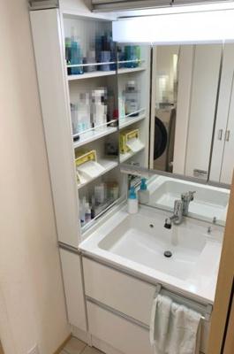 ご家族それぞれで棚を使える収納豊富な洗面台