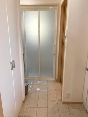 扉付き収納スペースがあります