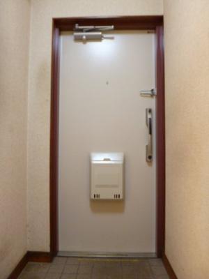 玄関の写真。玄関ドアは平成27年に団地全体で新規交換しています。