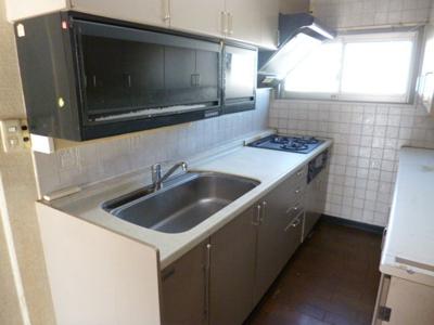 キッチンには窓もあり明るく風通しもよいスペースです。