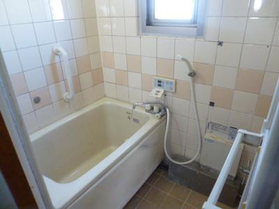 お風呂には窓もあり光が入ってきます。また手すりもついております。