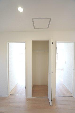 廊下 掃除用具や季節物の家電等収納できます。