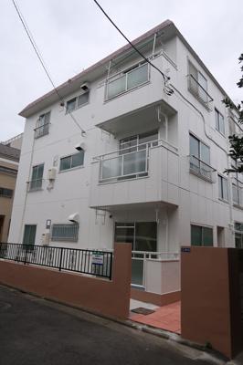 1フロア2住戸のマンションです。