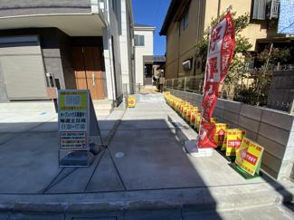 駐車スペースです。毎日のお買物は徒歩7分にコンビニが徒歩4分にはスーパーがあり便利です。