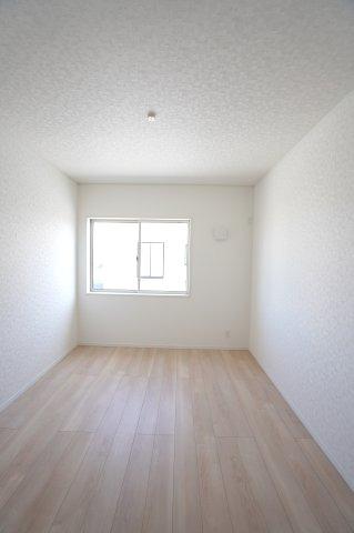 6.5帖 各居室シンプルな洋室で使いやすいです。家具のレイアウトも楽しみですね。