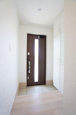 ガラス部分から光が取り込める玄関ドアです。玄関が明るくなります。