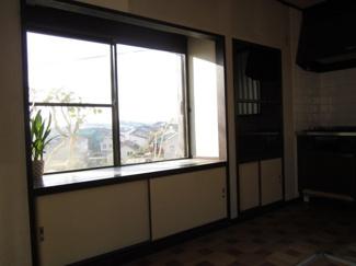 リビングの出窓より開放感のある眺望を楽しめます