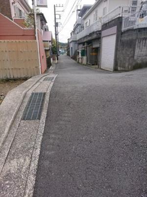【前面道路含む現地写真】横須賀市二葉2丁目 建築条件なし土地