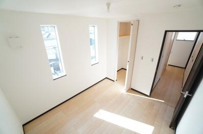 【南側洋室(納戸)約5.2帖】 住居表記では納戸となっておりますが、 2面採光になっており、とても明るく 主寝室向きです。 ウォークインクローゼットも完備。 荷物も部屋に溢れる事なく広く使えそうですね