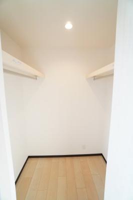 【南側洋室(納戸)約5.2帖のWIC】 約2帖程の広さがあるウォークインクローゼットです。 使い勝手の良い収納棚を設置しております。 居住スペースを充分に確保!