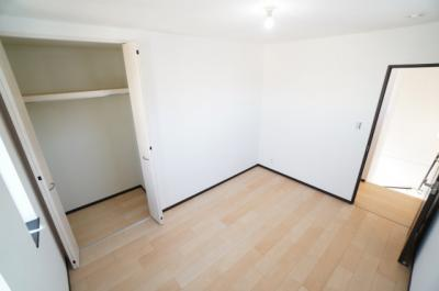 【北西側洋室約6帖】 たっぷり収納! コートやスーツだけでなく、収納棚を中にしまえば ニットやパンツも中にしまえて お部屋をすっきりとお使いいただけます! お部屋のコーディネートと幅が広がります♪