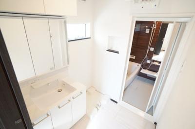 【パウダールーム】 装着が楽なワンタッチ式の給水栓! どの方向にも洗濯機を合わせやすいように、 洗濯機パンを設置。 ドラム式の洗濯機も入るサイズですが、 お手持ちのサイズが入るか要確認です!