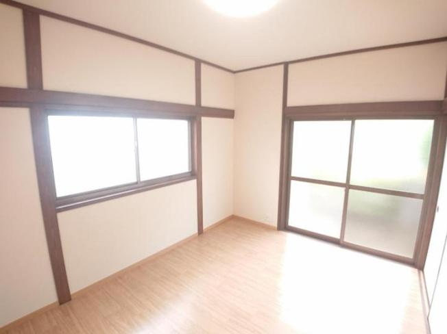 2階東側6帖洋室!南側の窓からは明るい陽射しが差し込みます。