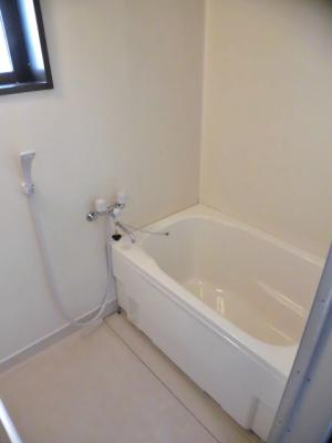換気のできる小窓付きの浴室です♪ゆったりお風呂に浸かって一日の疲れもすっきりリフレッシュできますね☆