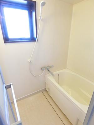 クローゼットのある洋室5.2帖のお部屋です!お洋服の多い方もお部屋が片付いて快適に過ごせますね♪