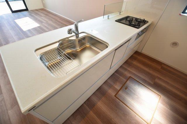 開放感もある使いやすさを追求したL型システムキッチンは、ビルトイン食洗器や魚焼きグリルなど設備も充実しています。