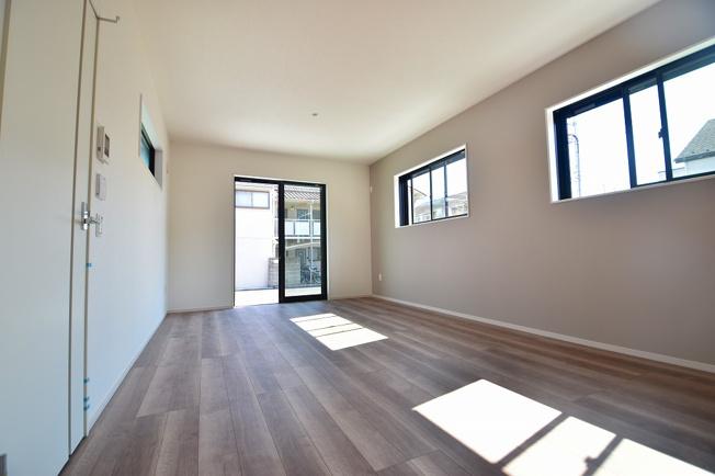 窓が多く陽当たりと風通しの良いリビング。リビングとダイニングをのスペースも確保出来るゆとりある広さ。