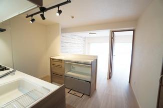【壁付けの利点!】 リビングのスペースを広く取れる壁付けキッチン。 家事の動線を考えるとキッチンの後ろに すぐカップボードを配置することができて 便利ですね。