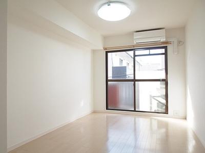 白を基調とした優しい雰囲気の空間でゆっくりお寛ぎいただけます。