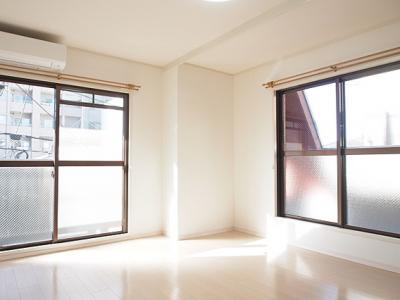 2面採光で風通しもよく明るく快適な洋室です。