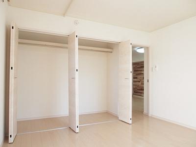 大容量の収納スペース付きでお部屋を有効活用できます。