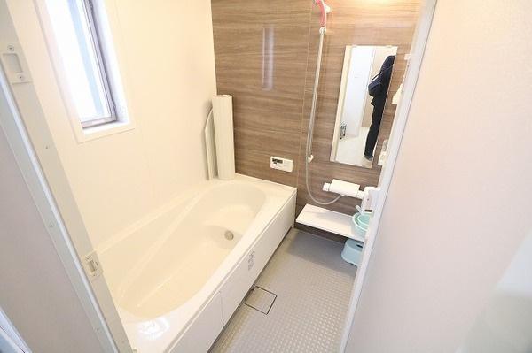 広めの浴槽でゆったり浸かれます♪