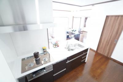 【家事動線がポイント!】  浄水器一体型のハンドシャワー水栓 一度に5人分の食器が洗える食器洗い乾燥機。 洗面所への通路と、家事動線も良!! 毎日の家事が少しでも楽になるように設計されています♪