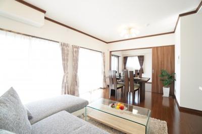 【眺望と解放感が!】 家族が集まるLDKは約16.4帖のゆとりのある空間! 眺望は広島の市街から瀬戸の島々まで見えるオーシャンビュー! 写真では伝わらない解放感と明るさで 室内が広く明るく見える!