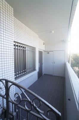 【トランクルーム】 Rコープの中には、約1帖程のトランクルームも付いて、 シーズンごとのアウトドアグッズなど置け、 とても便利なスペースとなっております。