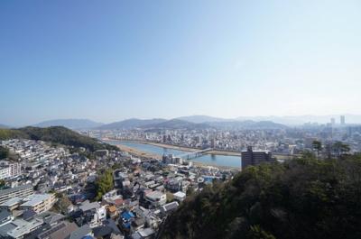 【瀬戸の島々の眺望!】 瀬戸の島々と広島市街を一望できる高台に建つ本物件。 こんな見晴らしの良いバルコニーで 家族と伴にワイワイ過ごすなんて素敵です! 当然夜景もきれいでしょうね。