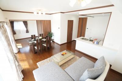 【広々約20.9帖の大空間】 ワイドスパンバルコニーに面する居室の 広さを合計すると、約20.9帖もあります。 家具を配置しても、余裕のある空間作りができますね! リビングに居ながら広島市街の眺望を!