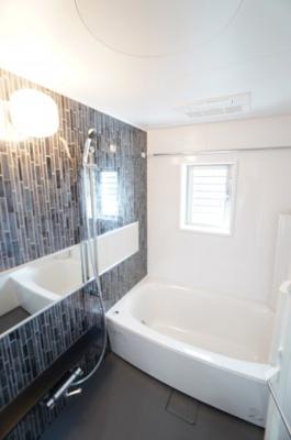 【システムバス】 1日の疲れを癒す大きなお風呂。 ヒートショックを防ぐ浴室暖房機能や、 雨天時に洗濯物を乾かす浴室乾燥機能も付いていまし、 お手入れが更に楽になる窓付です!