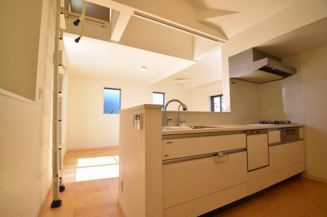 キッチンからリビング全体が見渡せる配置が可能。家族の会話や笑顔が溢れる空間を意識しました。