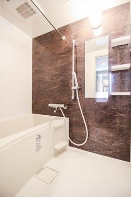 モダンな印象の浴室。浴室換気乾燥暖房機能付きなので、雨の日の洗濯物も安心して干せます。