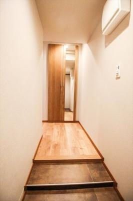 玄関。人感センサー付の照明がついており、夜間の帰宅時などには明るく照らしてくれます。