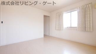 2階の明るい洋室です