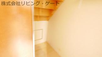 階段下の収納です。収納が多くあるので困りません