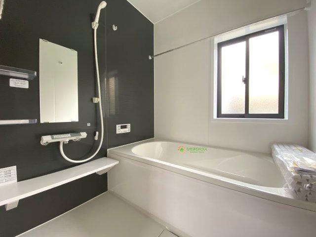 黒のアクセントクロスがおしゃれな浴室です♪嬉しい浴室乾燥機付き!