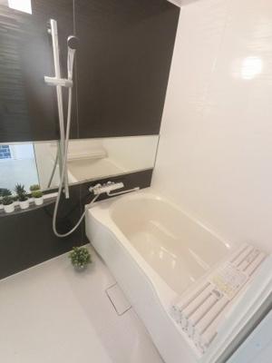 お湯はり機能付きのユニットバスです。 快適な空間で一日の疲れを癒す事ができます。