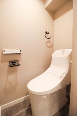 トイレには快適な温水洗浄・暖房機能付き便座が付いてます。